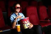 Mladá dívka v kině — Stock fotografie