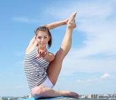 Portret van een jonge vrouw doen oefeningen — Stockfoto