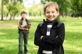 Chłopiec z kolegą w zielonym parku — Zdjęcie stockowe