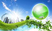 Mavi bir gökyüzü ve temiz karşı yeşil gezegen — Stok fotoğraf