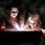 crianças abrindo uma caixa de presente mágico — Foto Stock
