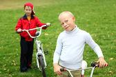 Ragazzo in bicicletta nel parco verde — Foto Stock