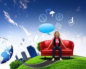 Giovane donna seduta su sfondo natura divano — Foto Stock