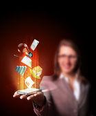Affärskvinna som innehar en mobiltelefon — Stockfoto