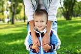 Joven madre con su hijo en el parque de verano — Foto de Stock