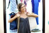 молодая девушка, покупая одежду — Стоковое фото