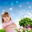 Smiling girl on green grass — Stockfoto