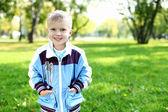 Petit garçon dans le parc de l'été — Photo