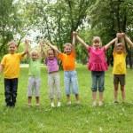 groep van kinderen in het park — Stockfoto #7789828