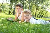 Dos hermanos juntos en el parque — Foto de Stock