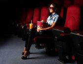Ragazza giovane nel cinema — Foto Stock