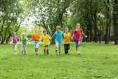 Группа детей в парке — Стоковое фото