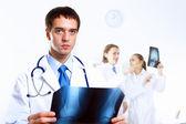 Дружественных врач в медицинском кабинете — Стоковое фото