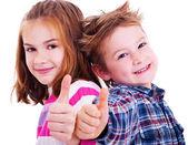 Feliz menino e menina polegares acima — Foto Stock