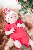 Neugeborenes baby in chritstmas hut — Stockfoto