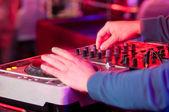 Dj mischt den titel in der diskothek auf einer party — Stockfoto