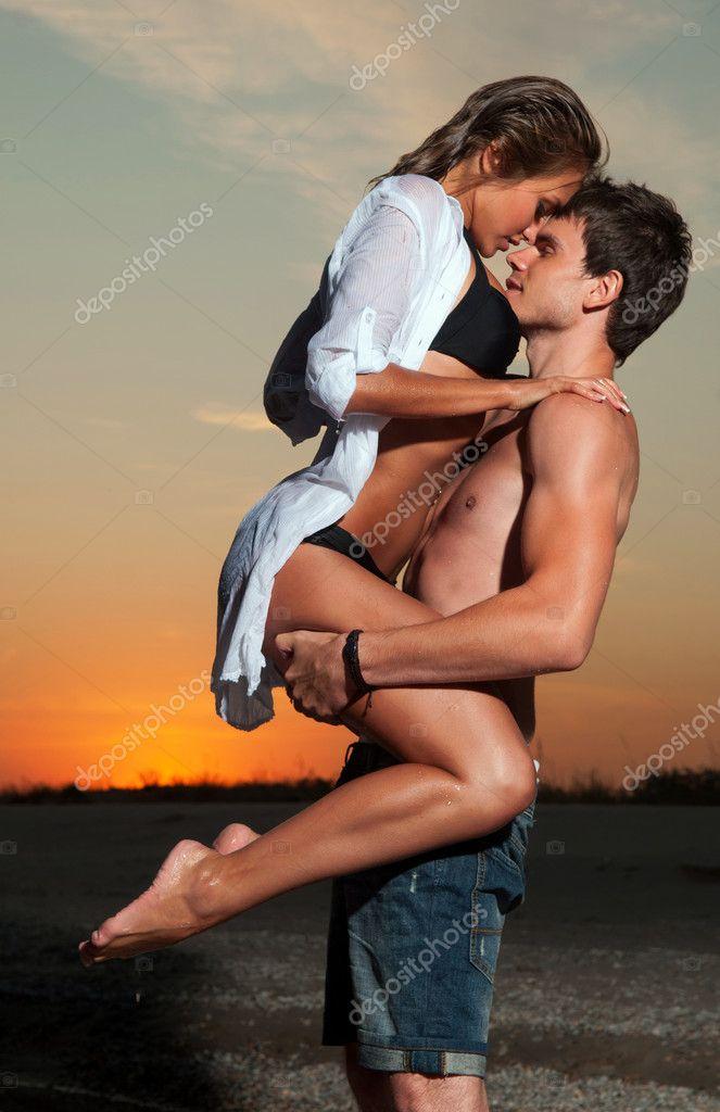 фото где парень держит девушку за шею