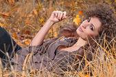 Giovane donna allegra all'aperto — Foto Stock