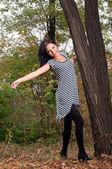 Femme debout près d'un arbre — Photo