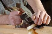 Trabalhando com uma plaina em sua oficina de carpinteiro — Foto Stock