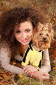 Donna e un cagnolino — Foto Stock