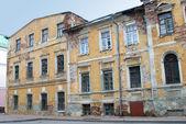 Viejo destartalado edificio en eekaterinburg, rusia — Foto de Stock