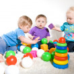 los bebés juegan con juguetes — Foto de Stock