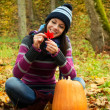 Beautiful young girl in autumn park — Stock Photo