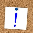 White note with question mark pinned to cork board - Foto Stock