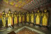 Cavernas antigas imagens de buda no templo do rock de dambulla, sri lanka — Foto Stock