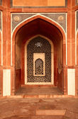 Arch with carved marble window. Mughal style. Humayun's tomb, De — Stock Photo