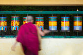 Buddhist monk rotating prayer wheels in McLeod Ganj — Stock Photo