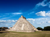 Mayan pyramid (Pyramid of the Magician, Adivino) in Uxmal, Mexic — Stock Photo