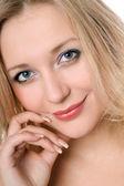 Leuke glimlachende blonde vrouw — Stockfoto
