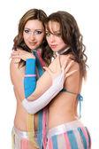 Retrato de dos hermosas mujeres jóvenes. aislado — Foto de Stock