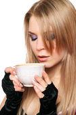 Attraente giovane bionda con una tazza di tè. isolato — Foto Stock