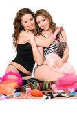 Zwei glückliche junge Freundinnen. isoliert auf weiss — Stockfoto