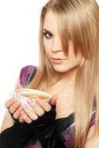 Mooie jonge blonde met een kopje — Stockfoto