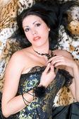 Jeune et jolie brunette dans un corset — Photo