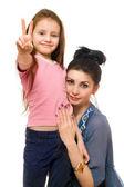 Portret van een jonge moeder en dochtertje. geïsoleerd — Stockfoto