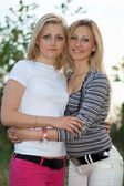 两个微笑美丽的年轻妇女的肖像 — 图库照片