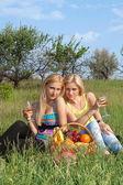 Duas loira atraente com cálice — Foto Stock