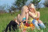 两个金发美女与个酒杯 — 图库照片
