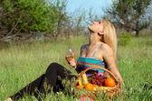 Loira linda com um copo de vinho — Foto Stock