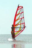 силуэт windsurfer девушка — Стоковое фото