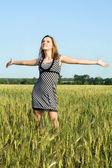 Mulher jovem e atraente no campo — Foto Stock