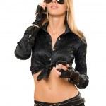 Красивая молодая блондинка с двумя телефонами — Стоковое фото