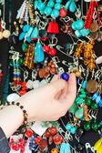 Hand van het meisje met sieraden — Stockfoto