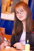 Nastolatka pisze uchwytu — Zdjęcie stockowe