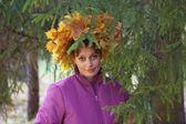Flicka i krans av oranga och gula blad — Stockfoto